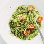 Espaguete de palmito ao molho de tomate, azeitona preta e mangericão
